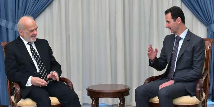 Ibrahim Al-Jaafari (à gauche), ministre des affaires étrangères de l'Irak, s'entretient avec Bachar Al-Assad, président de la Syrie, le 24mars, à Damas.