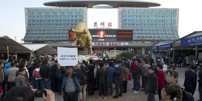 Manifestation devant la gare de Kunming, le 3 mars 2014.
