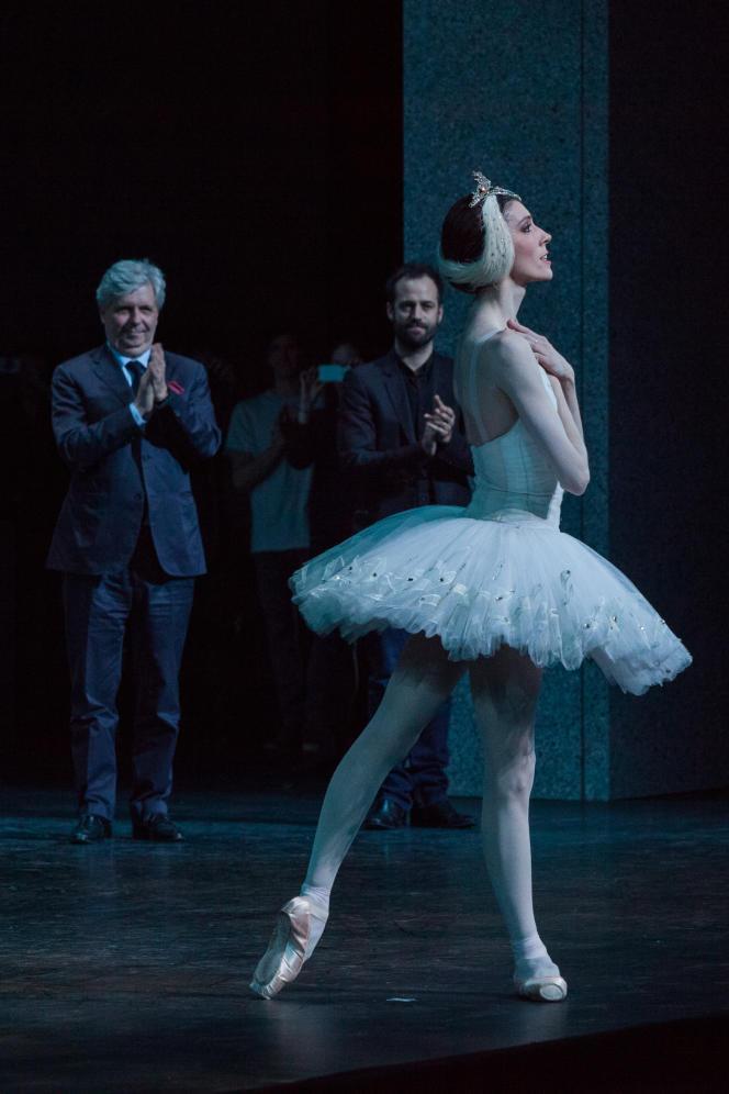 La danseuse étoile Laura Hecquet avec Stéphane Lissner (à gauche), directeur de l'Opéra national de Paris, et Benjamin Millepied, directeur de la danse.