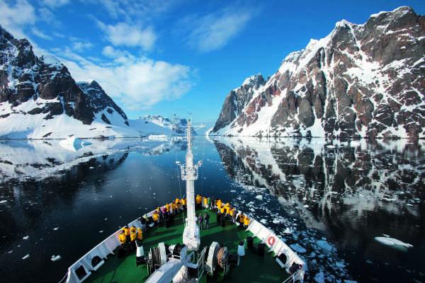 """Le brise-glace russe """"Akademik Sergey Vavilov"""" traverse le chenal Lemaire, un détroit de la péninsule antarctique très prisé par les croisiéristes."""