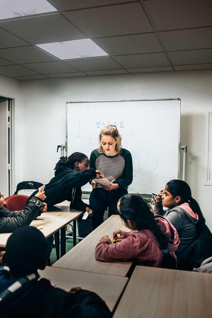 L'atelier laïcité anime par Coline Pelissier, organisé par l'association Enquête, au Centre social Riquet, dans le 19e arrondissement de Paris.