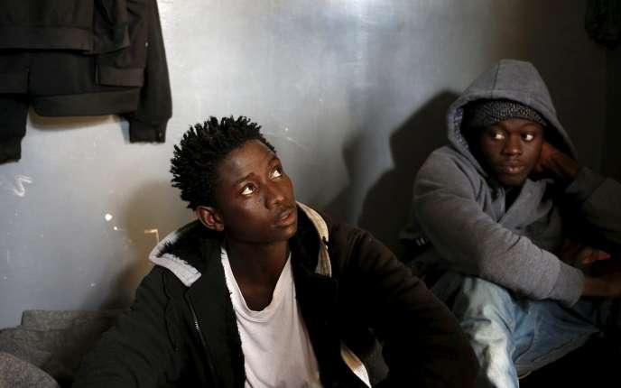 Des immigrés clandestins dans le centre d'accueil de Garabulli (Libye), le 10 mars 2015.