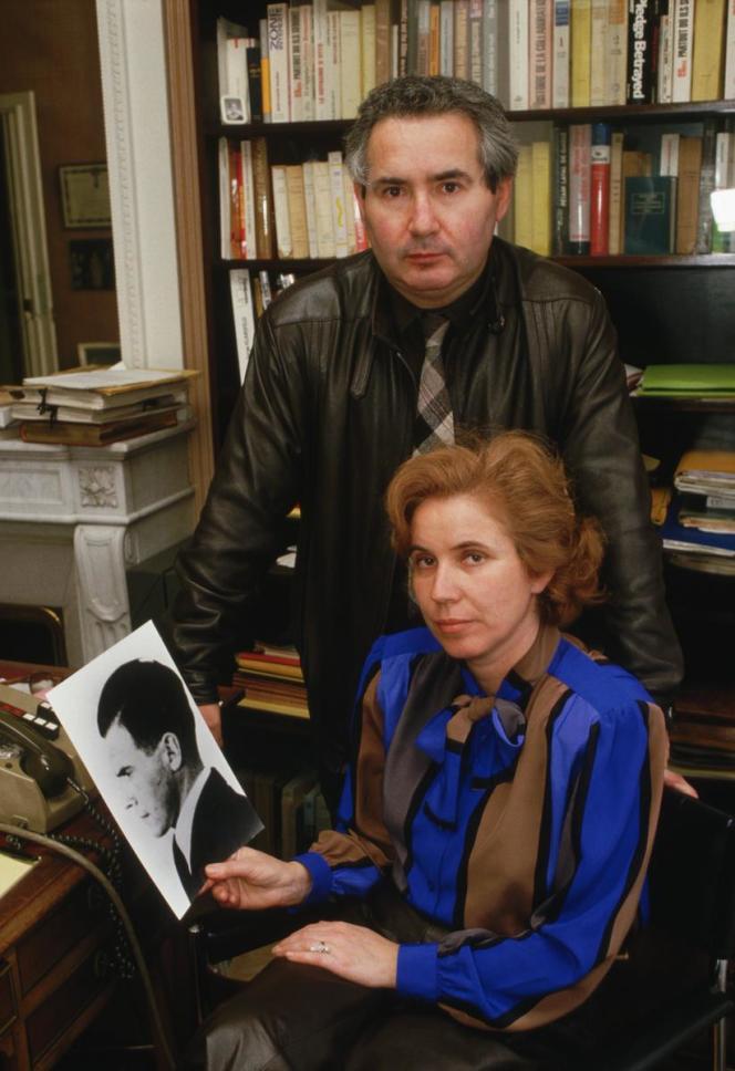 Beate et Serge Klarsfeld vers 1990, avec un portrait de Josef Mengele.