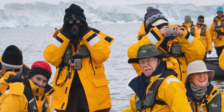 Dans la baie de Wilhelmine en Antarctique, des touristes observent des baleines à bosse.