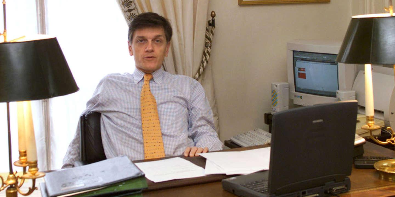 Frédéric de Saint-Sernin dans son bureau au Palais de l'Elysée en mars 2001. Agé à l'époque de 42 ans, il est alors chargé de mission auprès du président de la République (Jacques Chirac), spécialiste des sondages et des études d'opinion.