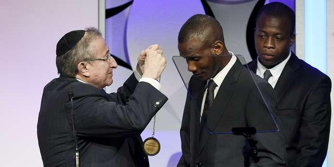 Le « héros de l'Hyper Cacher », Lassana Bathily, a reçu la médaille du courage du Centre Simon-Wiesenthal le 24 mars à Los Angeles.
