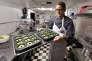 Alex Tretter fabrique des gâteaux à base de cannabis à la pâtisserieSweet Grass Kitchen, à Denver (Colorado).