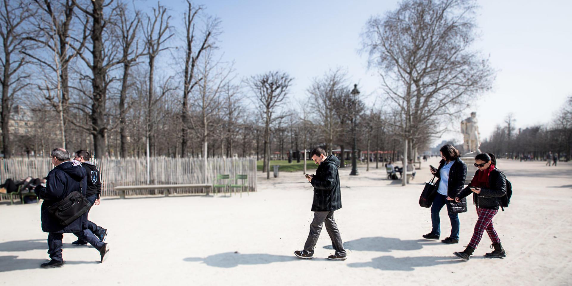 Une quinzaine de personnes se sont réunies, mardi 17 mars, pour jouer à «Ingress» au parc des Tuileries.