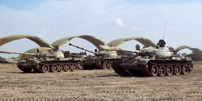 Des chars appartenant aux troupes fidèles au président yéménite, Abd Rabbo Mansour Hadi, sur la base Al-Anad, le 24 mars 2015.