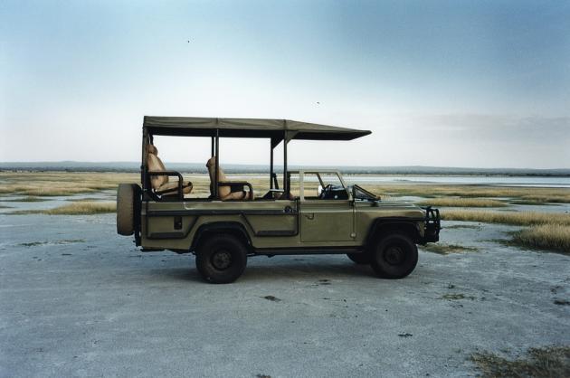 La jeep n'est plus l'outil principal de la découverte : la balade se fait à pied, au contact des odeurs et des rumeurs.