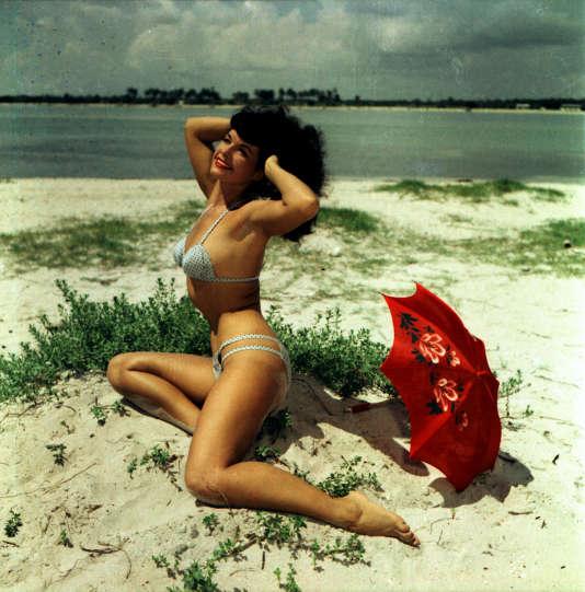 Bettie Page sur une plage.