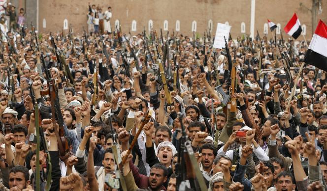 Des miliciens houthistes manifestent dans le centre de Sanaa, après les bombardements qui ont frappé la capitale du Yémen, le 26 mars.