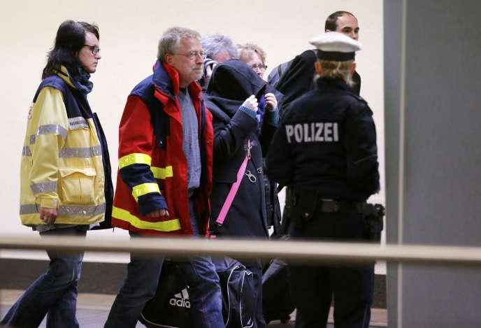 Des familles de victimes accompagnées de membres d'une cellule d'aide psychologique, embarquent à Düsseldorf, le 26 mars 2015.