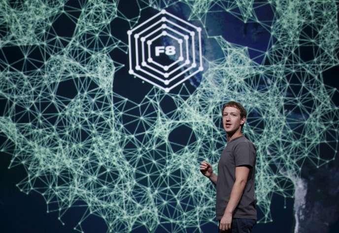 Mark Zuckerberg co-fondateur et PDG de Facebook, lors d'une conférence, en 2011. Le réseau social a récemment annoncé la création d'une fonctionnalité « Legacy Contact », qui permet d'ouvrir l'accès du compte à un contact de confiance après le décès de l'utilisateur pour le transformer en « mémorial » virtuel.