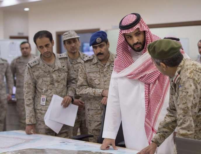 Le vice-prince héritier et ministre de la défense du royaume, Mohammed Ben Salman, parle avec des officiers des opérations militaires au Yemen, à Riyad, le 26 mars 2015.