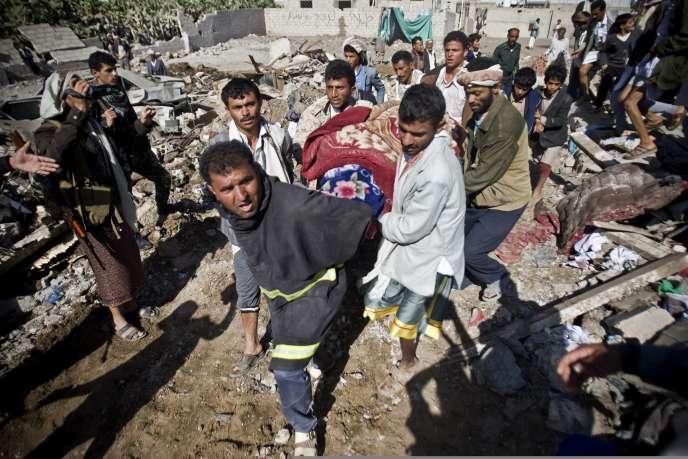 L'Arabie saoudite a lancé une offensive militaire au Yémen, en soutien au président Abd Rabbo Mansour Hadi. Les premiers raids aériens à Sanaa ont eu lieu dans la nuit. Au moins quatorze civils ont été tués.