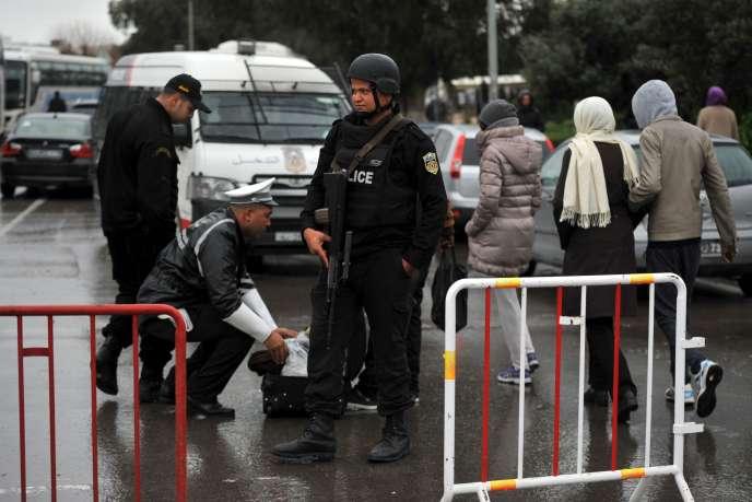 Des policiers tunisiens devant le Musée du Bardo, le 24 mars 2015.