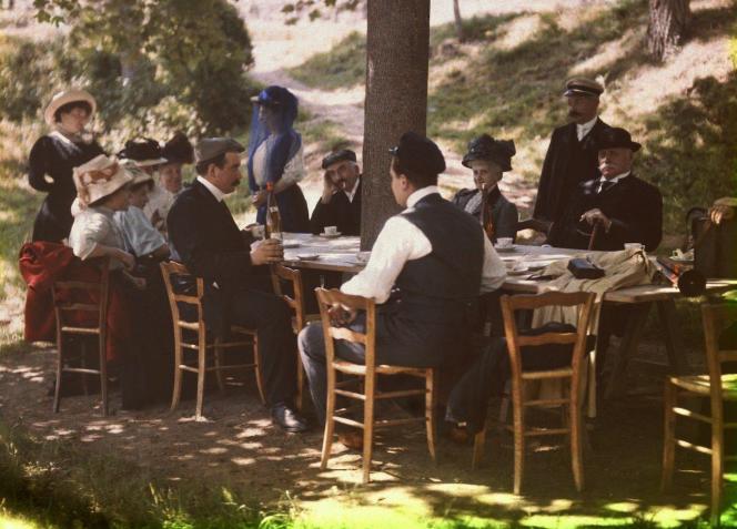Repas familial en 1910 à La Ciotat, dans les Bouches-du-Rhône (plaque autochrome).