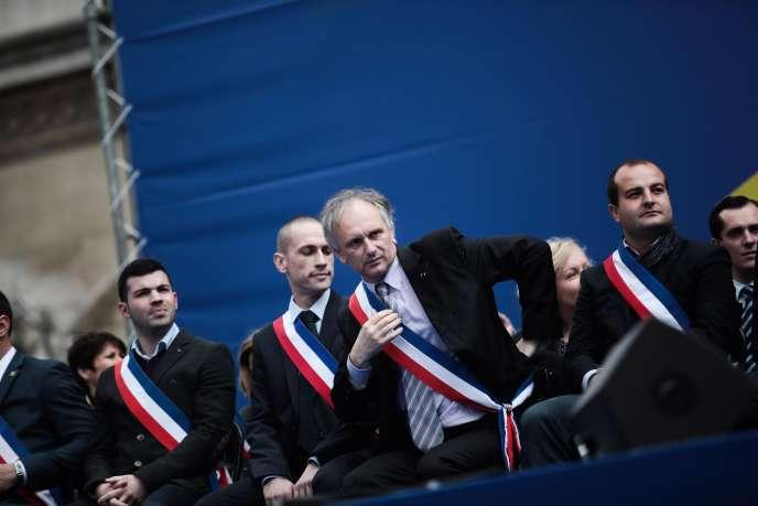 Franck Briffaud, au centre, assiste avec d'autres maires FN au défilé du 1er mai.