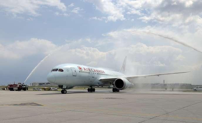 Le gouvernement fédéral du Canada a décidé d'obliger les compagnies aériennes du pays à maintenir en tout temps deux personnes dans le cockpit, en réaction au crash, le24mars, de l'A320 de Germanwings en France, manifestement dû à un geste délibéré.