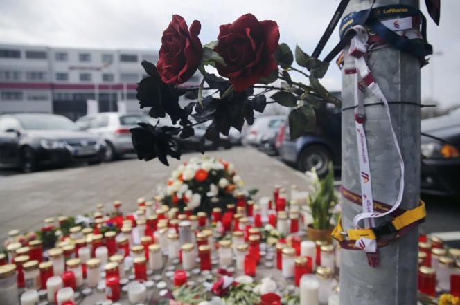 Devant le siège de Germanwings, le 27 mars.