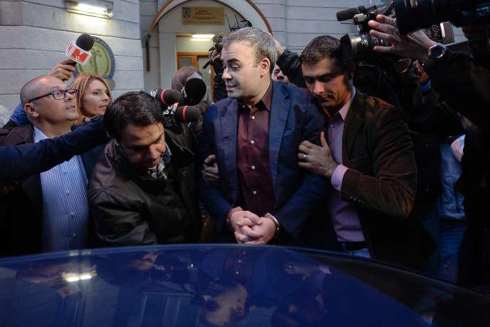 Darius Valcov à la sortie du bureau du procureur, à Bucarest, le 25 mars.