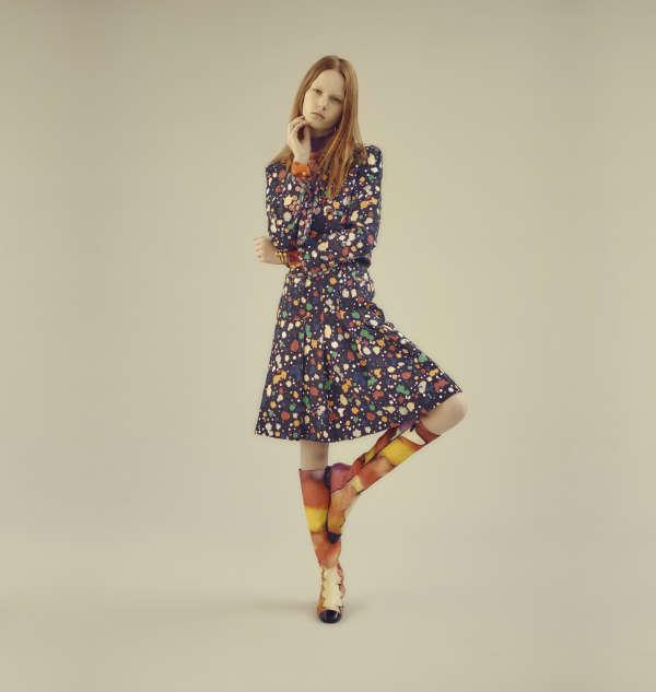 Veste et jupe en tweed de coton peint, blouse en crêpe de soie et bottes en toile de coton imprimé et cuir verni, Chanel. Créoles en or, Charlet par Aime. Jonc en cuivre plaqué or, Jojoba.