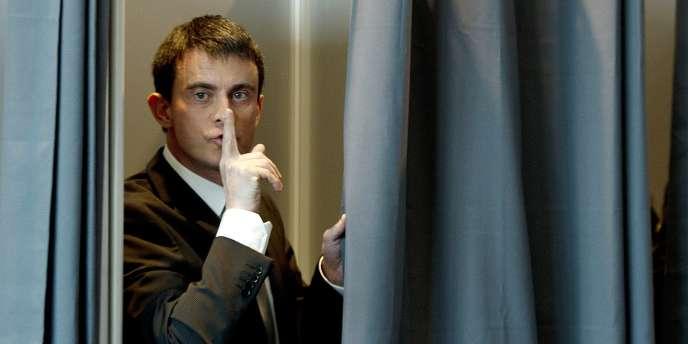 Manuel Valls vote lors du premier tour des départementales le 22 mars.