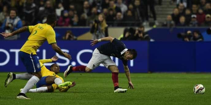 Le milieu de terrain français Mathieu Valbuena, à la peine jeudi 26 mars, contre le Brésil.