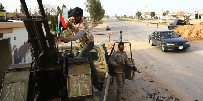 Des combattants de la coalition islamiste Fajr Libya, à un point de contrôle situé à 40 km de la capitale libyenne Tripoli, le 25 mars.