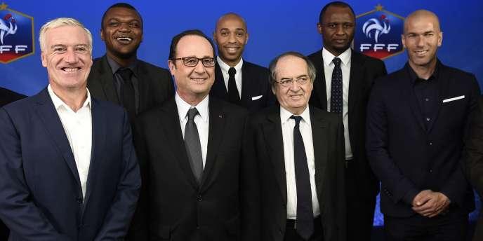 François Hollande entouré par Noël Le Graët et les cinq