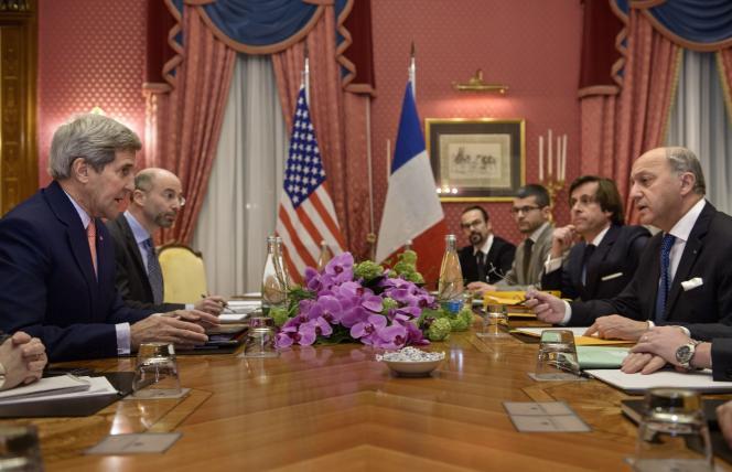 Le secrétaire d'Etat américain, John Kerry, à gauche, fait face au ministre français des affaires étrangères, Laurent Fabius, lors d'une rencontre sur le dossier nucléaire iranien, à l'hôtel Beau Rivage de Lausanne, en Suisse, le 28 mars.