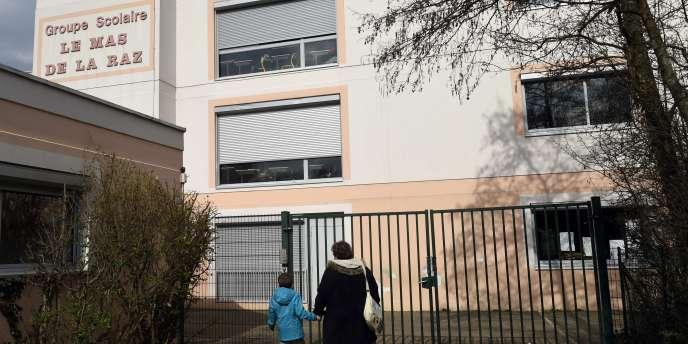 Les parents des écoliers organisent samedi un défilé « sans slogans ni banderoles », qui s'achèvera dans l'école primaire du Mas de la Raz, a indiqué le maire Raymond Feyssaguet.