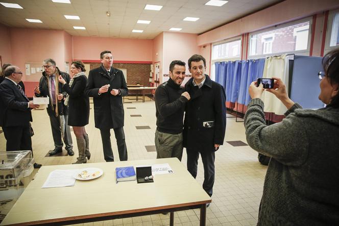 Le sénateur UMP Jean-René Lecerf (au fond à gauche) et Gérald Darmanin, le député du Nord et maire de Tourcoing, à Tourcoing (Nord), dimanche 29 mars.