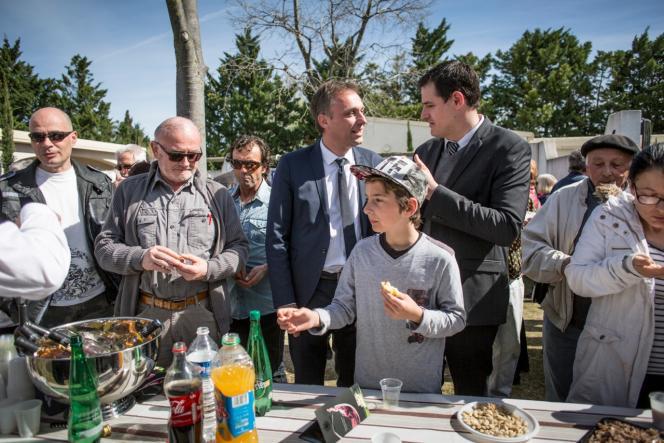 Nicolas Koukas, candidat PC, et Cyril Juglaret, leader local de l'UMP, au salon du toro d'Arles, au hameau de Gimeaux (Bouches-du-Rhône), dimanche 29 mars.