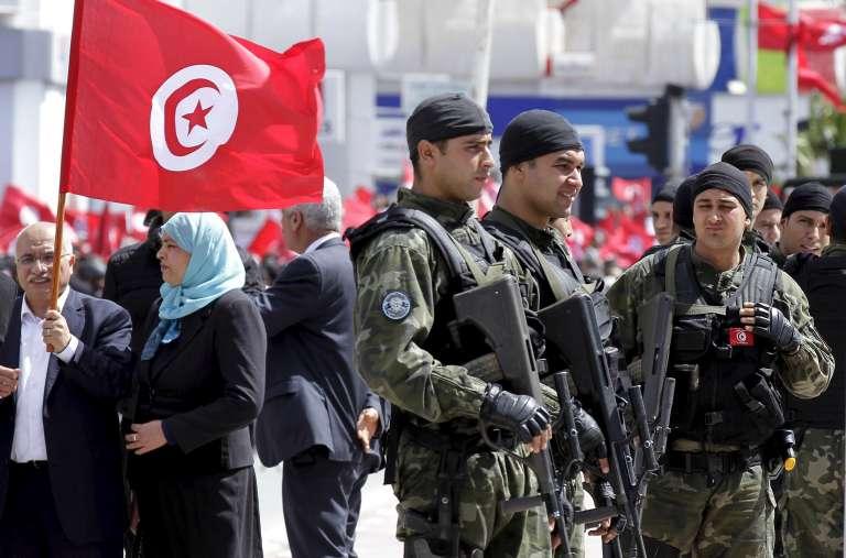 Des militaires devant le musée du Bardo, en mars 2015, lors d'une manifestation contre le terrorisme.
