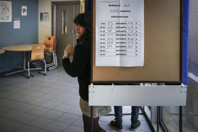 Dans un bureau de vote à Tourcoing, lors du second tour de l'élection départementale, le 29mars.
