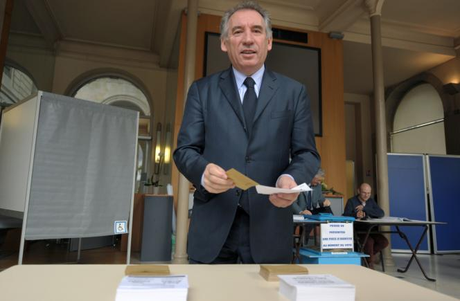 François Bayrou vote au second tour des élections départementales, à Pau, le 29 mars 2015.