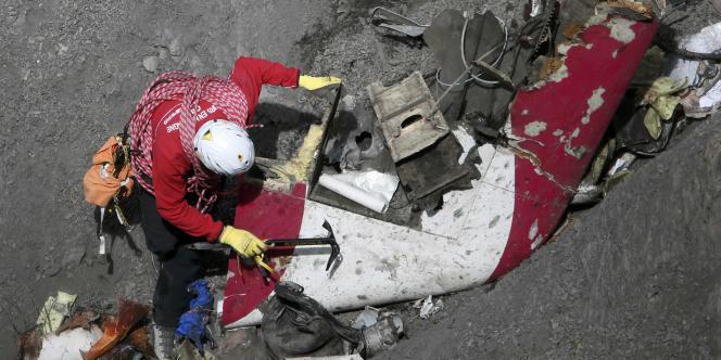 Un membre des équipes de recherches déployées sur les lieux du crash de l'Airbus A320 dans les Alpes, le 29 mars.