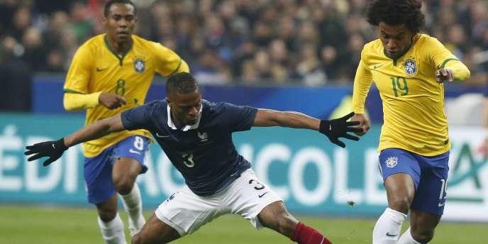 Patrice Evra semble débordé par le Brésilien Willan lors de la défaite (3-1) des Bleus face à la Seleçao, jeudi 26 mars, au Stade de France.