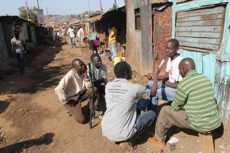 Certaines jeunes de Kibera sont devenus reporters d'images et relatent à coup de petites vidéos la vie quotidienne et les actualités de la communauté.
