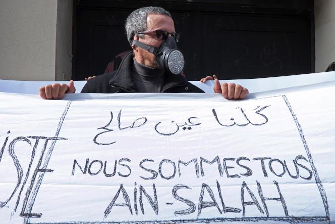 Un manifestant opposé au gaz de schiste, devant le consulat d'Algérie à Marseille, le 7 mars 2015.