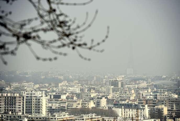 Une vue de Paris, touchée par un pic de pollution, le 18 mars 2015.