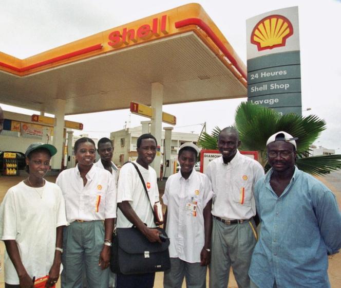 Une station-essence de Dakar, en 2000.