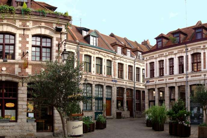Dans le Vieux-Lille, un deux-pièces vaut entre 110 000 et 125 000 euros et peut se louer rénové autour de 560 euros par mois, charges comprises.