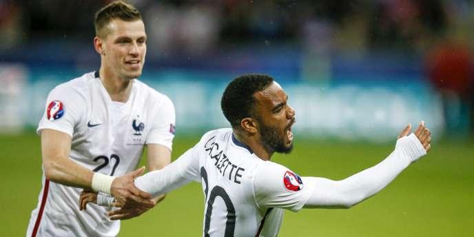 Alexandre Lacazette (à droite) a inscrit le premier but de l'équipe de France face au Danemark dimanche29mars.