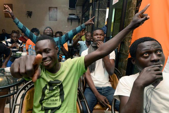 Des migrants ivoiriens, à Rabat, durant un match de la coupe du monde, le 19 juin 2014.