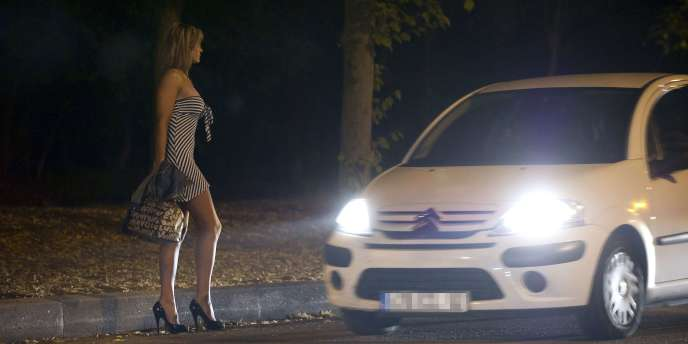 Une prostituée et un client près du bois de Boulogne, le 6 juin 2011.