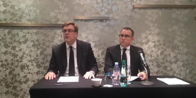 Oliver Wagner, directeur opérationnel de Germanwings (à droite), lors de la conférence de presse du groupe Lufthansa, lundi 30 mars.