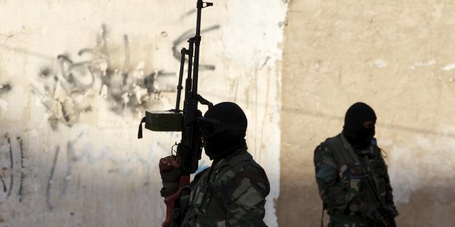 Des miliciens chiites protègent une manifestation en soutien aux houthistes du Yémen, à Bagdad en Irak le 31mars.
